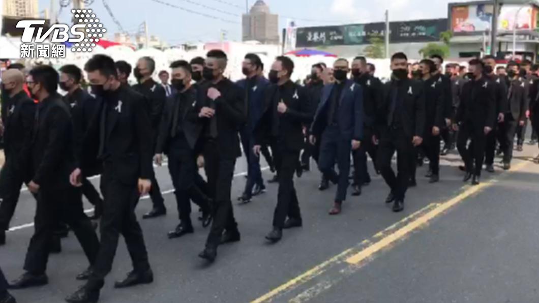 告別式湧入大批黑衣人。(圖/TVBS) 台南角頭陳建文告別式 估3千人送行方仰寧親自坐鎮