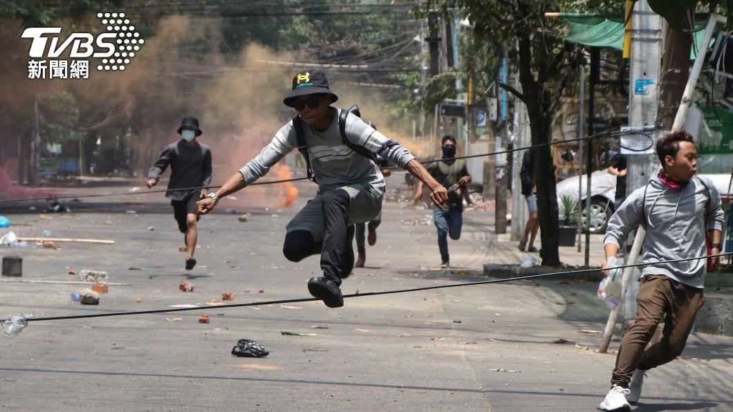 緬甸民眾逃跑躲避軍警攻擊。(圖/達志影像美聯社) 緬甸局勢動盪 大陸籲民主轉型但拒絕實施制裁