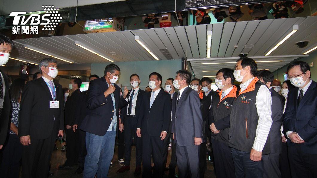 (圖/中央社) 帛琉總統完成採檢 雙手比讚:Taiwan is safe