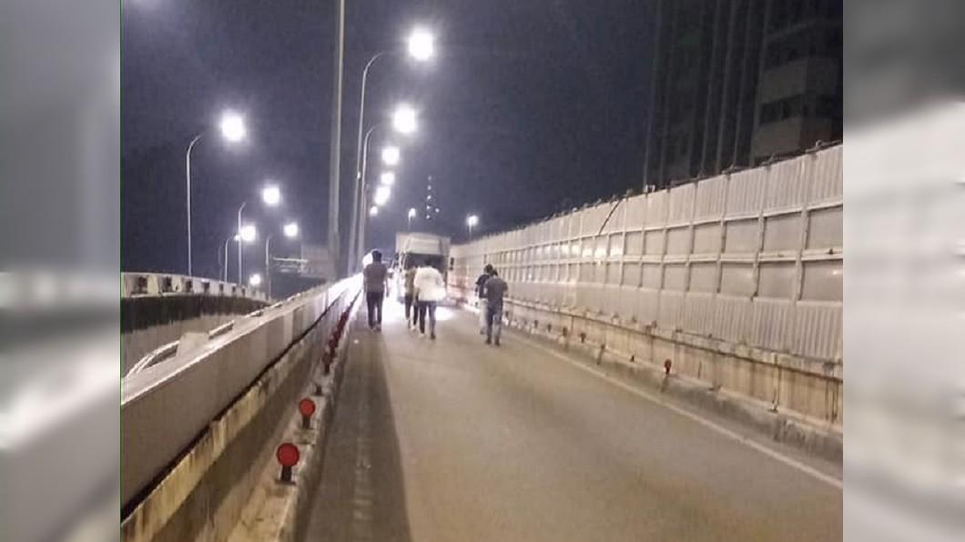 一名女駕駛因忘記加油卡在高架橋上,7名勇士出力救援。(圖/翻攝自爆廢1公社) 天兵女忘加油成「高架橋塞子」 7勇者爆汗推車救援