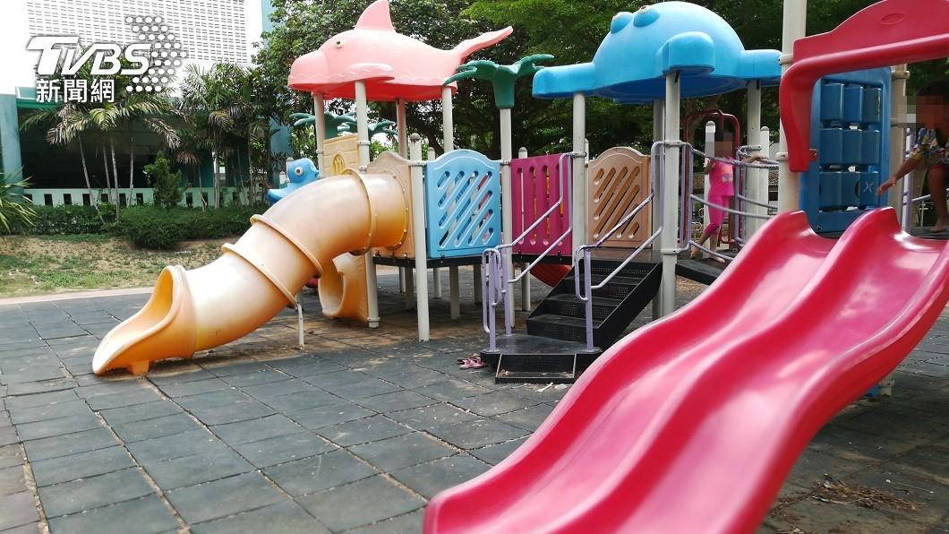 老婦被兒子用輪椅載往公園丟棄。(示意圖,與當事人無關/shutterstock達志影像) 台中7旬婦慘死公園 調監視器「逆子半夜丟包」案情反轉