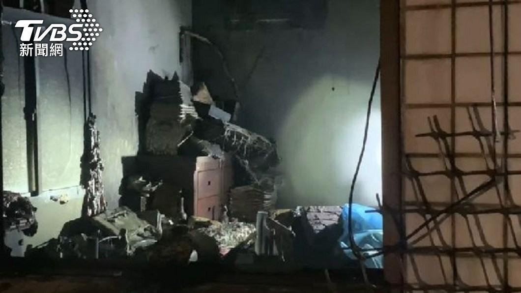 金門縣金城鎮後豐港一戶民宅1日晚間突然發生爆炸引發大火。(圖/TVBS) 金門後豐港民宅突爆炸 妻陳屍房內夫重傷急救中