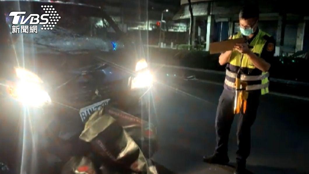 小貨車因剎車不及撞上送報騎士。(圖/TVBS) 高雄送報男疑搶快逆向 遭菜車衝撞噴飛30米喪命