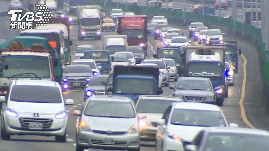 清明連假首日出現車潮。(示意圖/TVBS資料畫面) 國道車潮湧現部分路段紫爆 連假首日避開6地雷路線