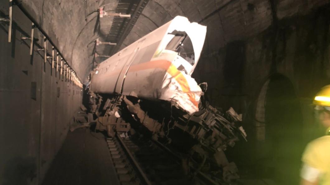 太魯閣號花蓮傳出出軌意外,車頭被削掉一半。(圖/網友提供) 台鐵列車出軌意外 警揭車廂「2致命位置」保命招數曝