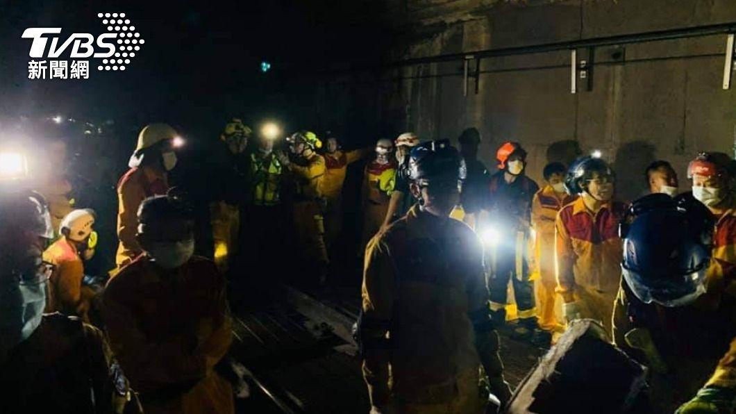 太魯閣號408車次發生出軌意外,警消人員緊急趕抵現場救援。(圖/TVBS) 台鐵3年2起重大事故 林佳龍認該負責但不能一走了之