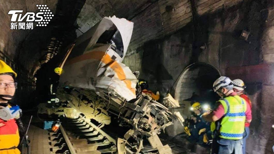 出軌事故造成多人傷亡。(圖/TVBS) 母哭求「找不到女兒下半身」 搜救員尋獲拼出完整大體