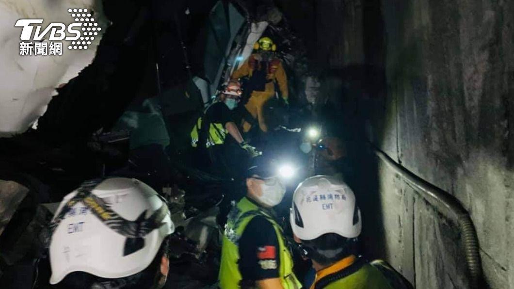 太魯閣號發生出軌意外,出動大量人力投入救援。(圖/TVBS) 血腥隧道混雜機油味 特搜隊「砂石堆找屍塊」近嗅辨識