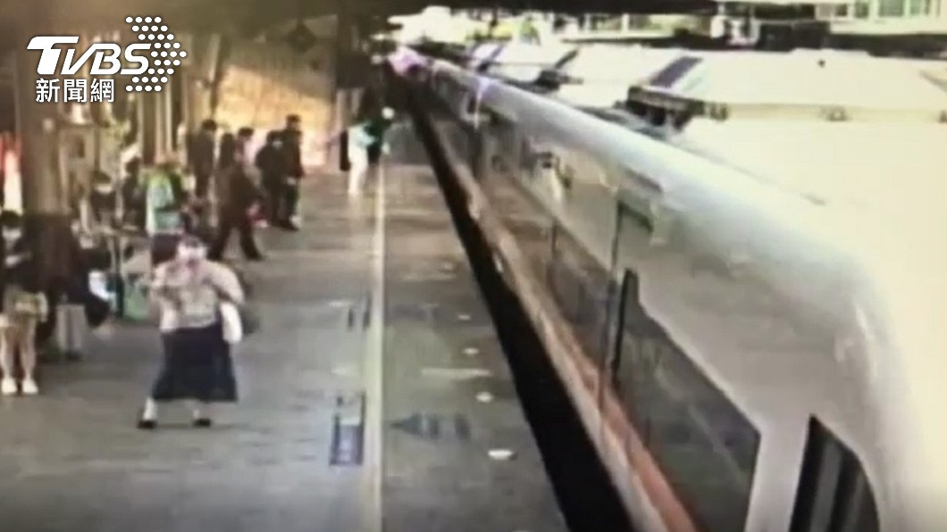 台鐵408車次太魯閣號發生出軌意外。(圖/TVBS) 台鐵太魯閣發車影像曝 旅客「提行李牽小孩」排隊上車