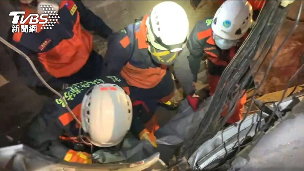 各縣市搜救隊紛紛加入救援行動。(圖/TVBS) 太魯閣號出軌「遺體遍布」 搜救員慟:車體都破何況人