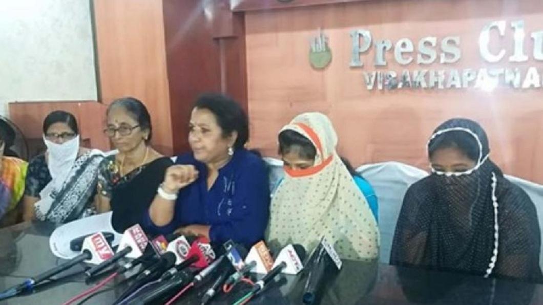 印度日前有多名女子出面集體控訴遭自己的丈夫逼迫賣身。(圖/翻攝自推特) 印度渣夫連結8次婚 逼老婆賣身搶錢:不聽話就殺掉