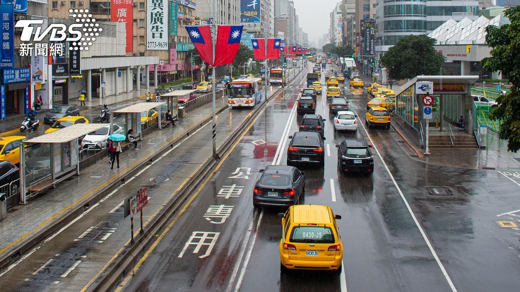 明日各地大多為晴到多雲。(示意圖/shutterstock達志影像) 陷缺水危機「台灣與水氣絕緣?」 氣象專家1張圖洩慘況