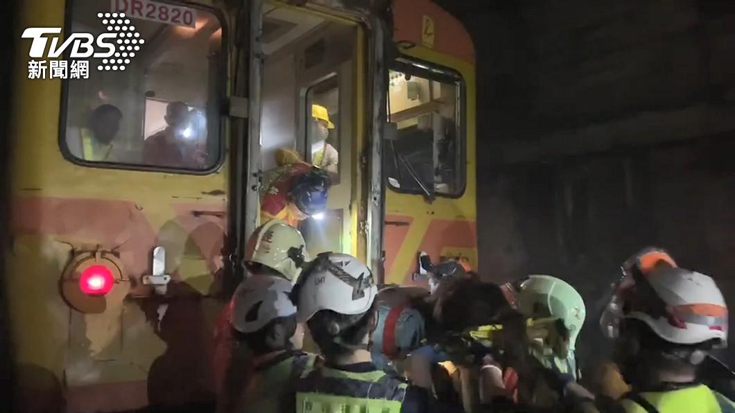 搜救隊員急救援,但救出該名女童時已經OHCA。(圖/TVBS) 太魯閣搬出OHCA女童 父哀求「能再抱抱她嗎」鼻酸擁入懷