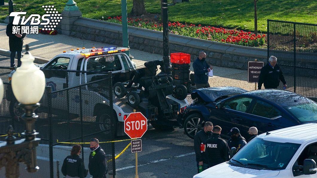 美國今(3)日發生一起汽車衝撞國會管制區事件,嫌犯與1名員警身亡。(圖/達志影像路透社) 汽車衝撞美國會共2人身亡 警局長:排除恐攻