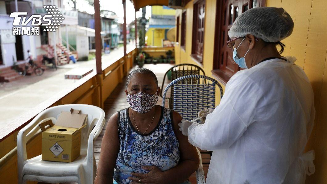全球疫情仍嚴峻,荷蘭宣布60歲以下暫停施打AZ疫苗。(圖/達志影像路透社) 新冠疫情嚴峻 菲國、智利確診創下單日新高