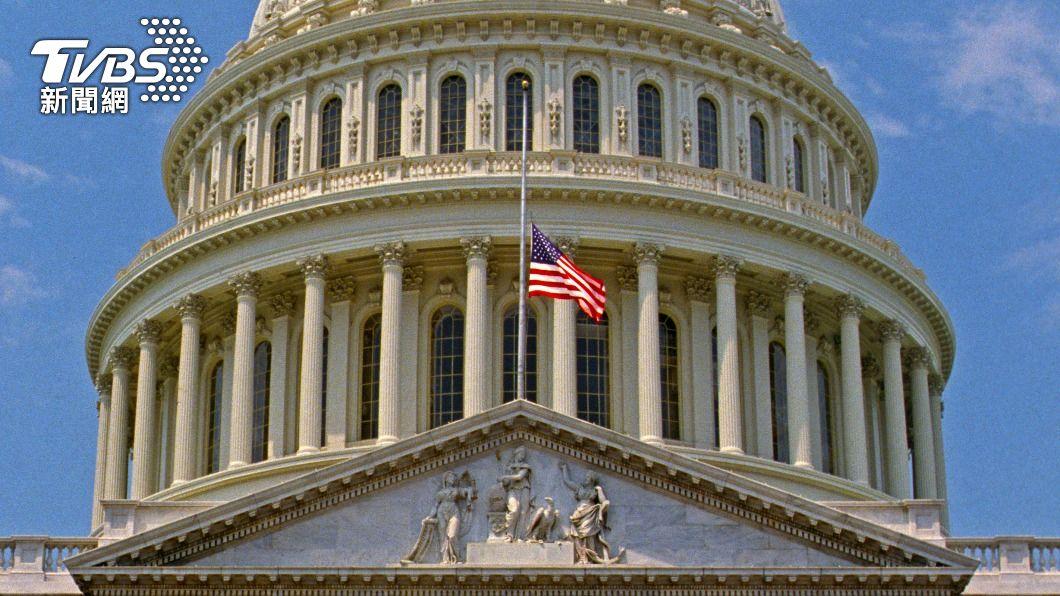 白宮、國會因汽車衝撞事件,降半旗致哀。(圖/達志影像美聯社) 美國會山莊汽車衝撞警察1死1傷 白宮降半旗致哀