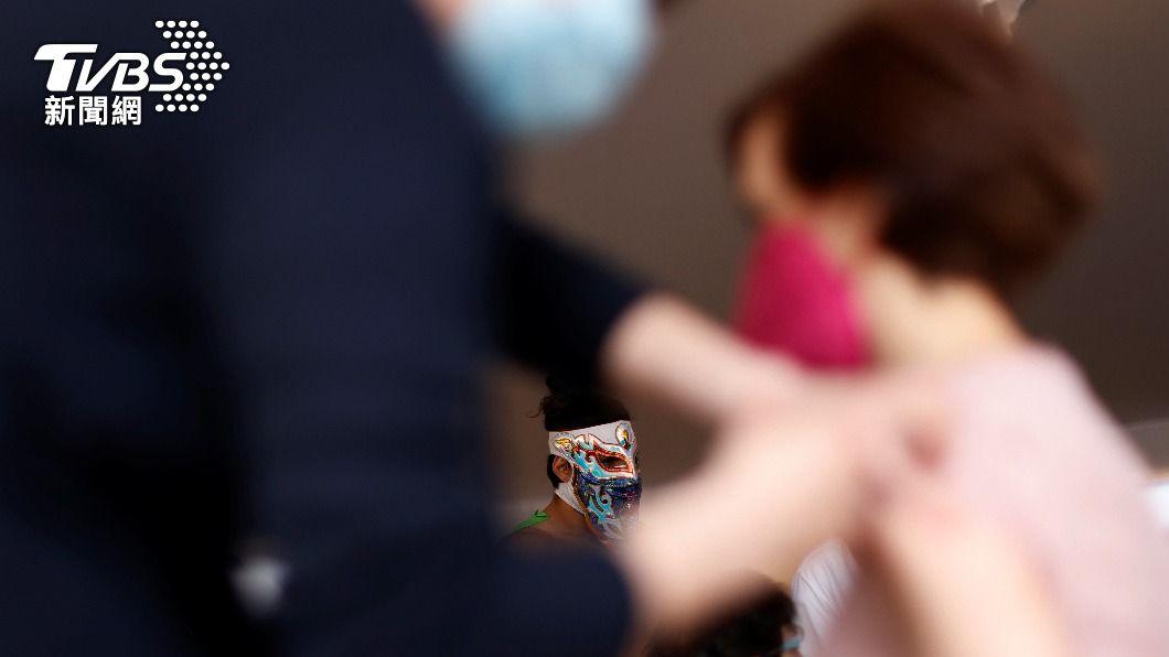 荷蘭衛生部今(3)日宣布,暫停施打AZ疫苗。(圖/達志影像路透社) 女接種後猝死 荷蘭宣布60歲以下停打AZ疫苗
