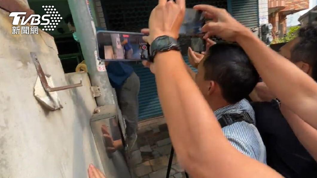 李義祥翻牆回家。(圖/TVBS) 堅稱有拉手煞車!李義祥搭賓士躲媒體 2過家門不入「翻牆返屋」