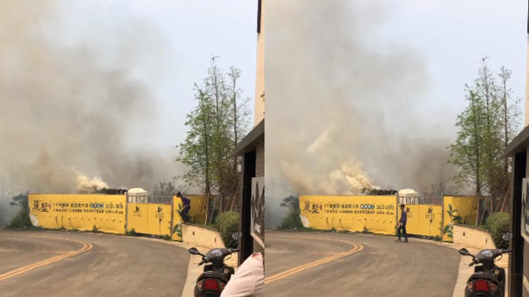 火勢迅速延燒,冒出大量濃煙,差點波及到附近房屋。(圖/翻攝自臉書社團「龍井之鄉」) 掃墓燒紙錢引火災 肇事者落跑遭控「連119都沒打」