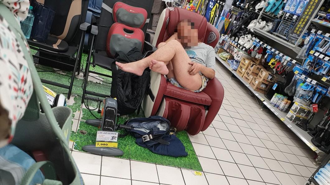 阿伯下半身脫到只剩內褲,舒服地躺在按摩椅上睡覺。(圖/翻攝自爆廢1公社) 阿伯躺賣場按摩椅爽睡 「脫到剩內褲」狂摸下身嚇壞女客