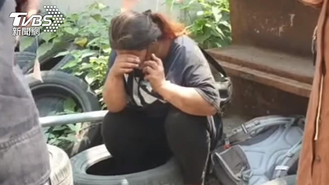 一起返鄉的丈夫不幸罹難,讓妻子難以接受。(圖/TVBS) 男太魯閣號捨命護妻 斷氣前電話訣別「姊…要接我回家」