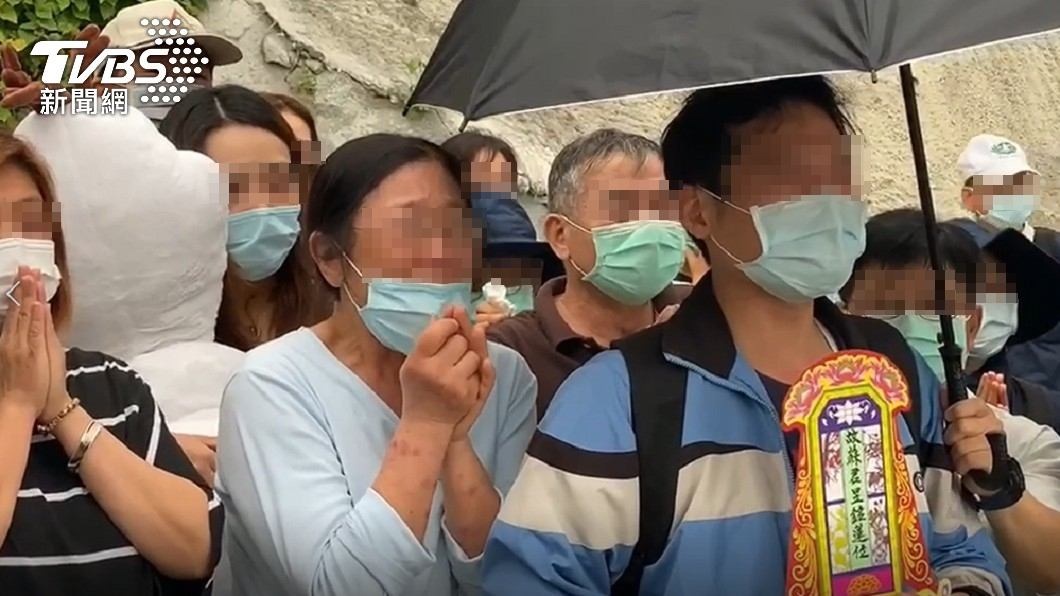罹難者家屬持牌位哭喊「快回家」。(圖/TVBS) 招魂一半飄雨 罹難家屬「手捧牌位」哭癱:為什麼丟下我