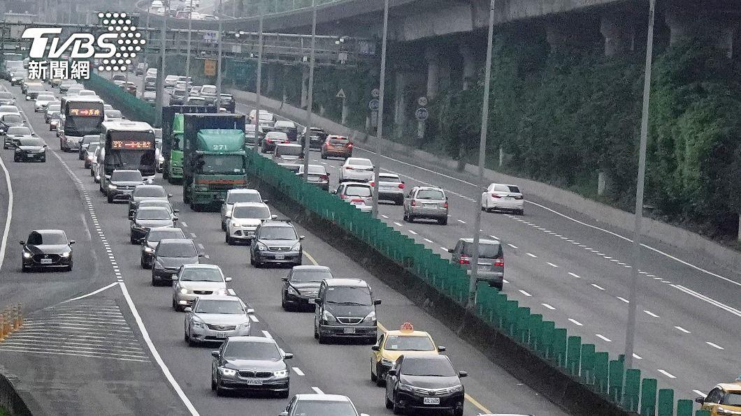 高公局預估塞車狀況至深夜。(圖/中央社) 國5北返車潮壅塞 高公局預估持續至深夜