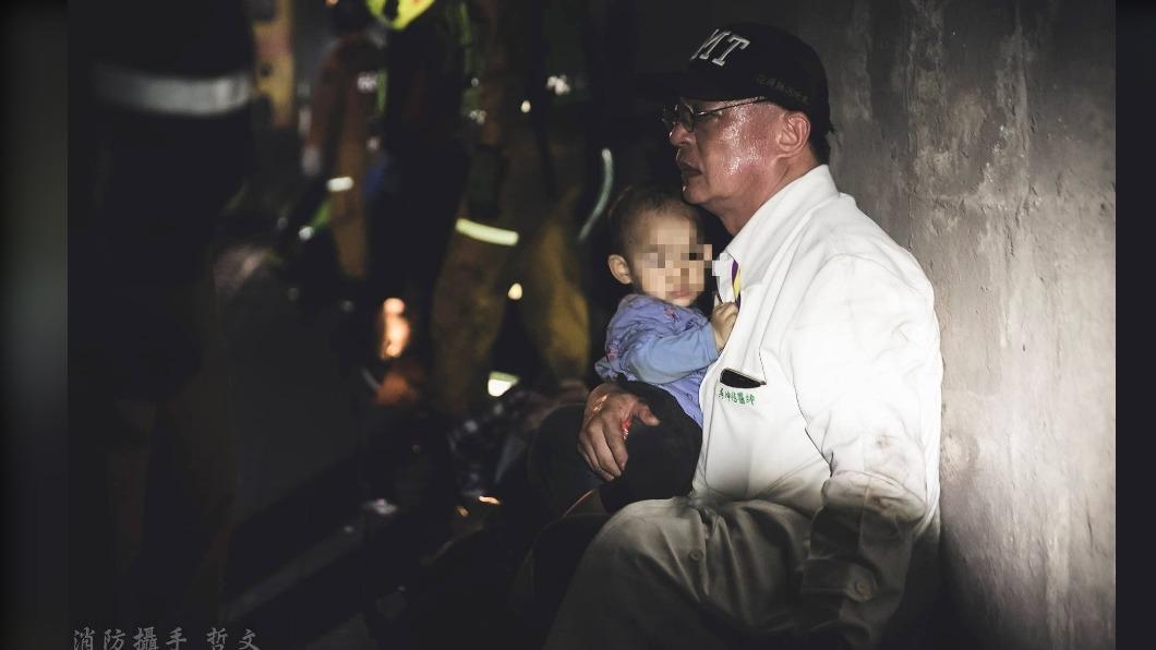 吳坤佶醫師安撫著男童。(圖/蔡哲文授權提供) 「黑暗隧道中一縷白光」 仁醫坐地緊擁安撫男童:別怕