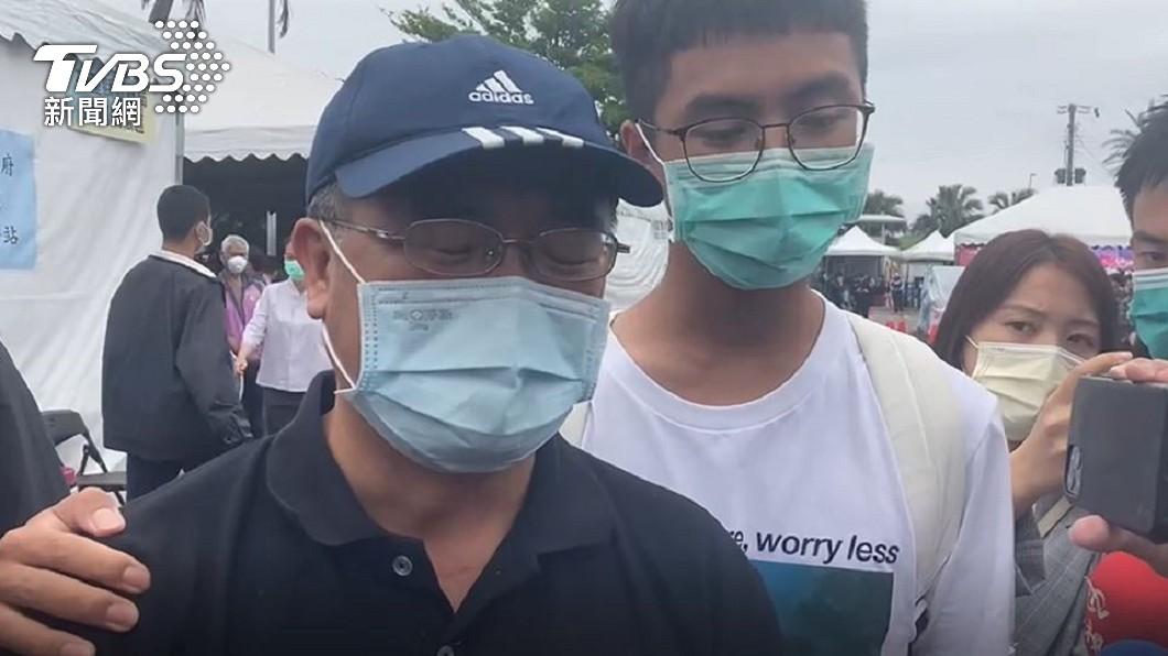 叔公泣不成聲,痛批李義祥道歉沒誠意。(圖/TVBS) 「最小罹難者」回家了 叔公淚謝修復師:外觀沒縫線