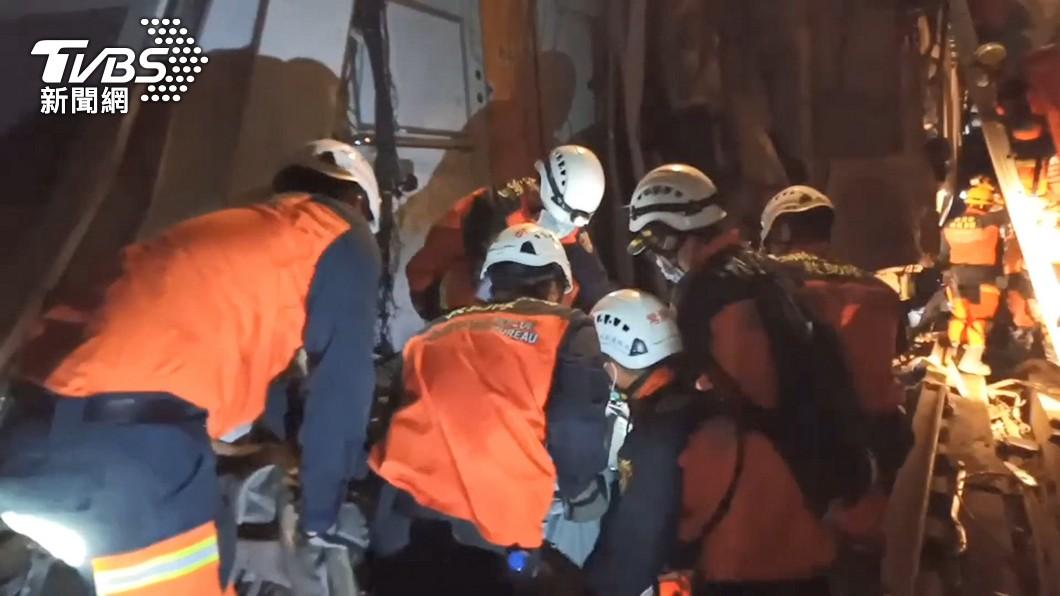 救難人員常在災難現場受到心身衝擊。(圖/TVBS) 救難英雄「心身衝擊」也需被照顧 心理師曝解方面對創傷