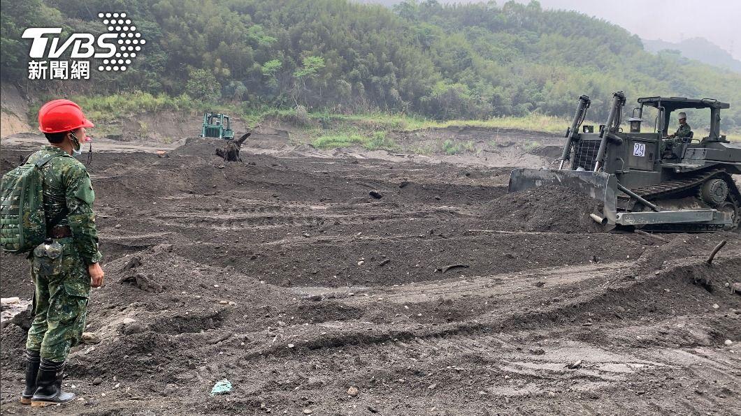國軍動員超過120名官兵進駐石門水庫清淤。(圖/中央社) 國軍進駐 明德、石門水庫清淤大作戰