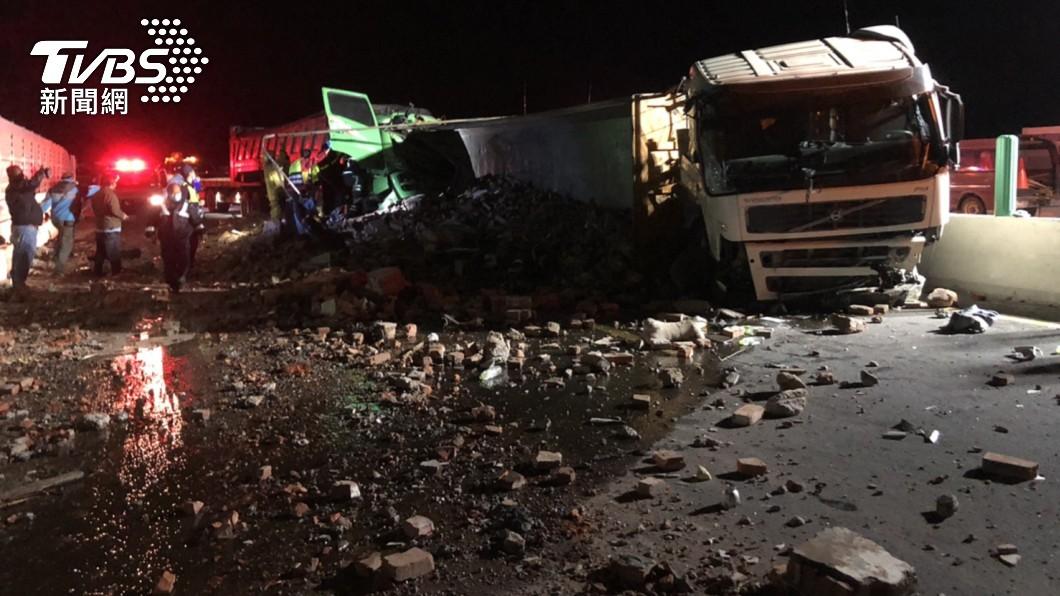 西濱3拖板車追撞成一團釀3傷 建築廢棄物灑滿地