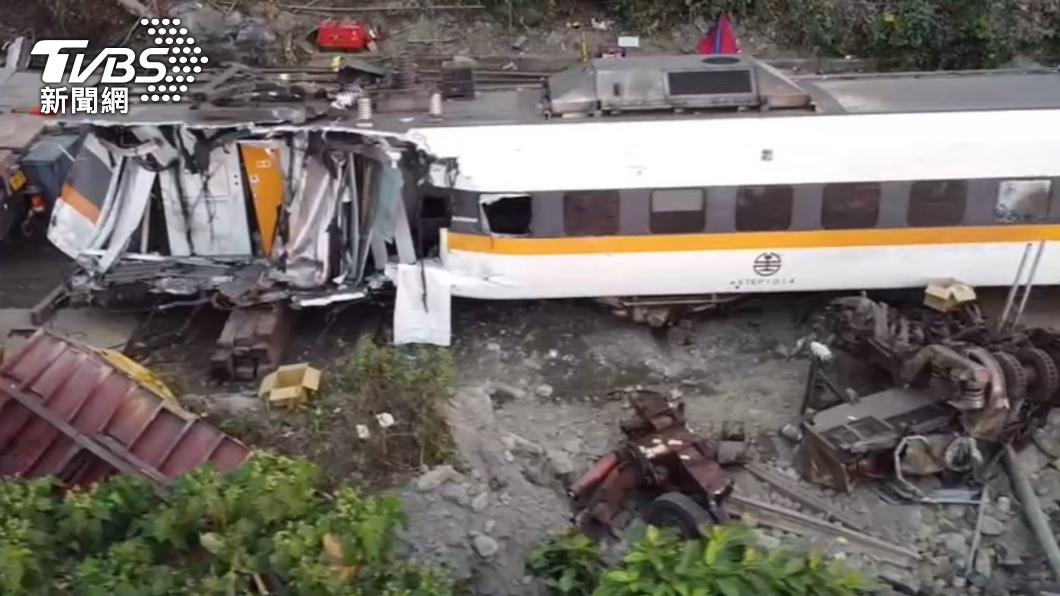 408次太魯閣號發生出軌意外嚴重毀損。(圖/TVBS) 自駕更安全?男堅持不搭「遊覽車、火車」慘遭數據打臉