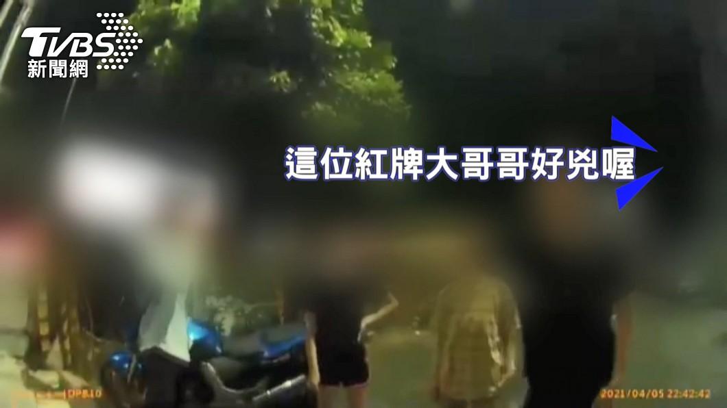圖/TVBS 老爸跟紅牌重機行車糾紛 子帶水果刀替父「讚聲」