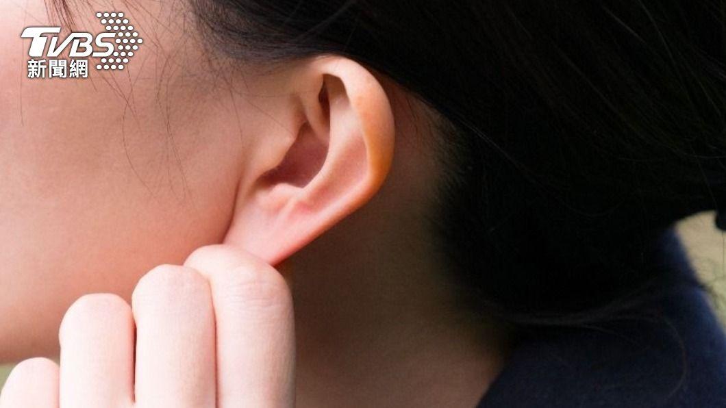 女子因工作因素導致耳朵頻傳腐臭味。(示意圖/shutterstock達志影像) 她耳飄腐臭味男友狂嘔 醫一看「超稠花生醬」嚇呆