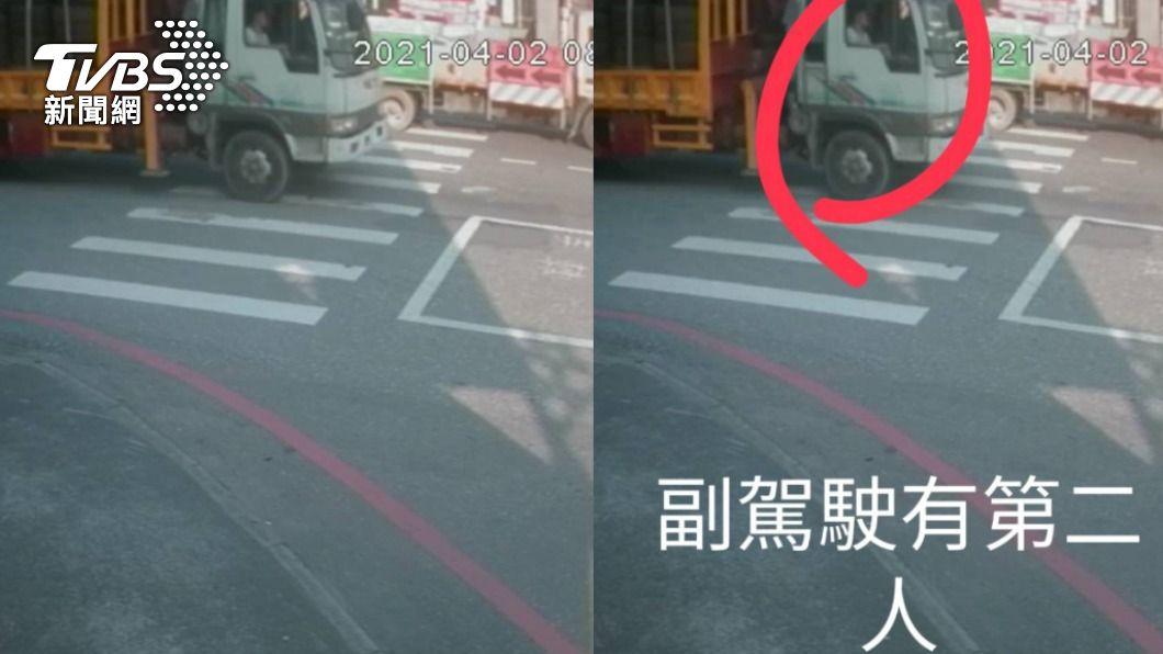 義祥工程車上發現有第二人。(圖/TVBS) 追太魯閣出軌!監視器拍到「副駕駛有人」疑打臉李義祥