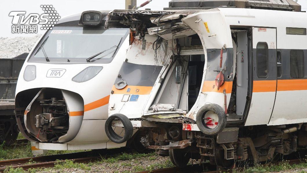 太魯閣號列車在清水隧道北口前,撞上從邊坡滑落的工程車,造成重大傷亡。(圖/中央社) 太魯閣號事故 火車推擠工程車頭一起撞進隧道