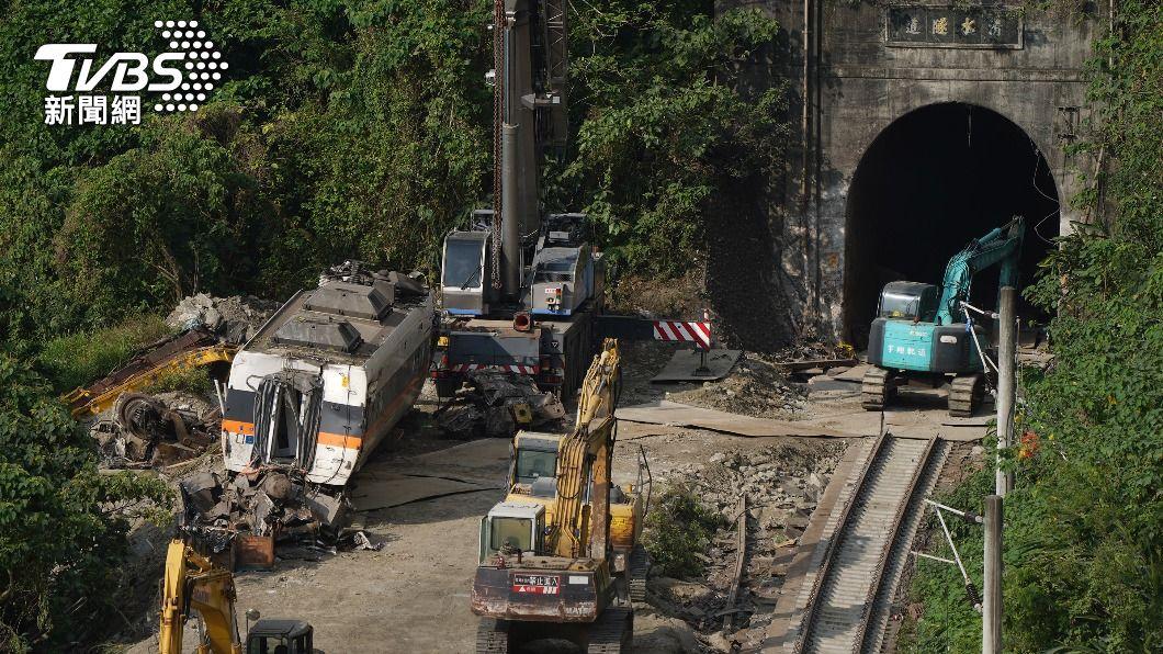 經連日搶修,第6節車廂6日已順利從隧道內拖出。(圖/中央社) 太魯閣號事故現場 剩最嚴重第7、8節車廂待拖出
