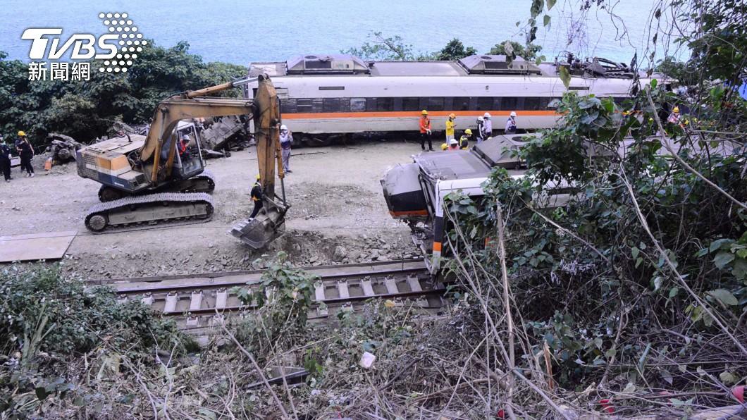 邊坡滑落工程車造成太魯閣號事故。(圖/中央社) 太魯閣號事故點若加圍籬防範 運安會:實際有困難