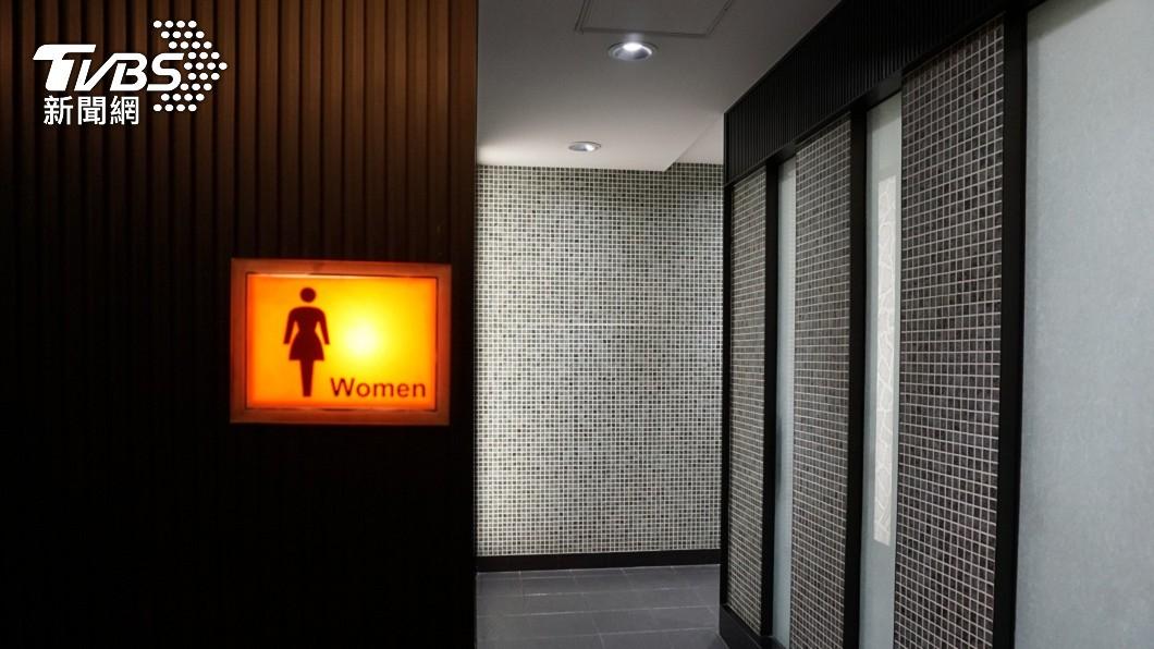一名男子趁不注意時偷偷潛入女廁。(示意圖/shutterstock 達志影像) OL如廁驚見被偷拍 噁男辯:只想看「用過的衛生棉」