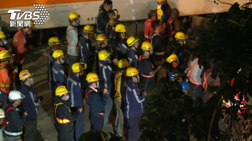 現場工人持香祭拜,向罹難者致意。(圖/TVBS) 最慘烈第8車廂移出一度卡住 工人燒紙錢祭拜願安息