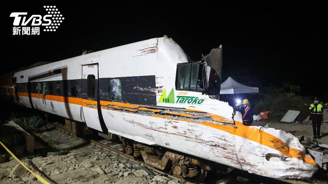 (圖/中央社) 太魯閣號第8車廂深夜拖出隧道 車頭支離破碎幾成廢鐵