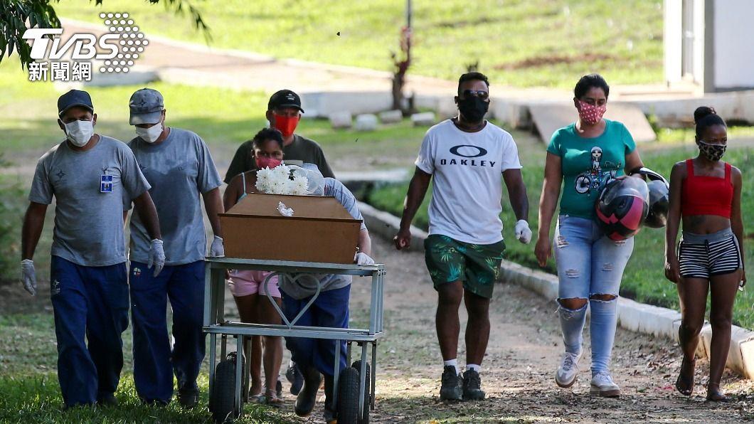 新冠肺炎疫情使巴西每天死亡人數在3月突破千人大關,並持續上升中。(圖/達志影像路透社) 巴西單日逾4千人染疫死 專家:必須全國封城防疫情惡化