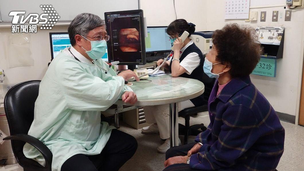 (圖/中央社) 婦人咳嗽1年不止 竟是4公分魚刺卡支氣管