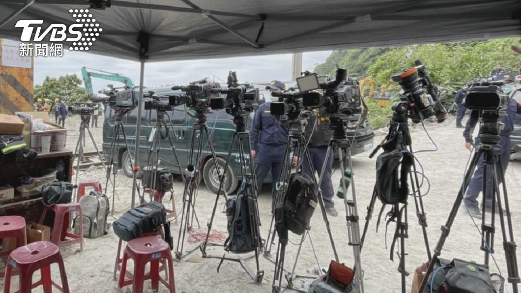 媒體攝影機全向後轉。(圖/TVBS) 遺體移出「攝影機全向後轉」 記者洩衝第一線心聲