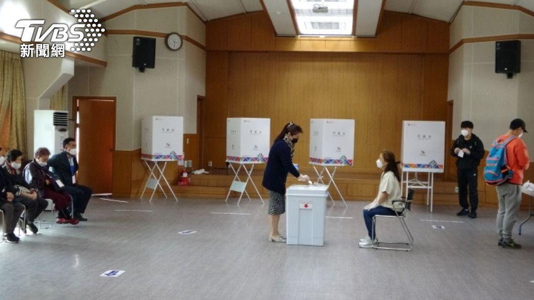圖為首爾市一處投票所。(圖/中央社) 首爾釜山市長補選 出口民調:在野黨壓倒性勝利