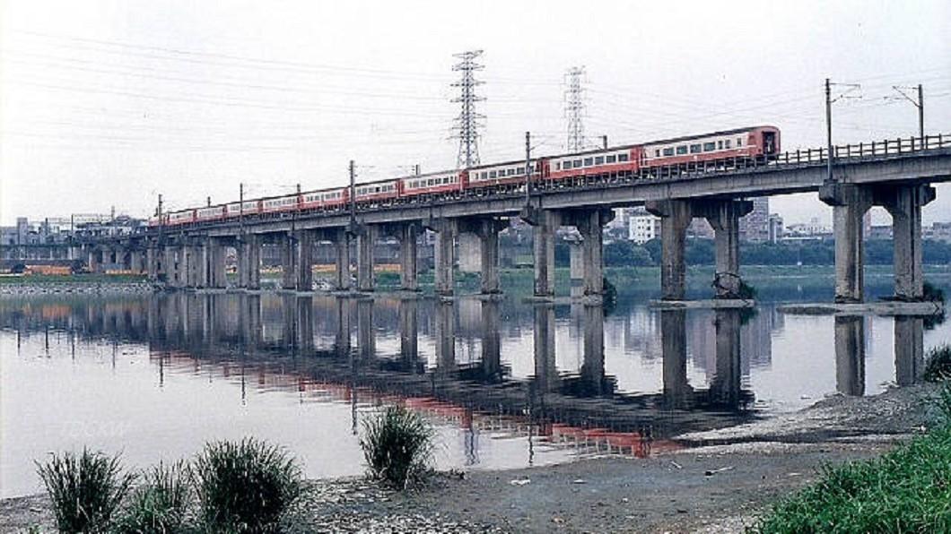 1948年5月28日,發生台鐵史上最慘火燒車慘案。(圖/維基百科) 台鐵史上最慘事故!新店溪橋火燒車 乘客跳橋逃生64死