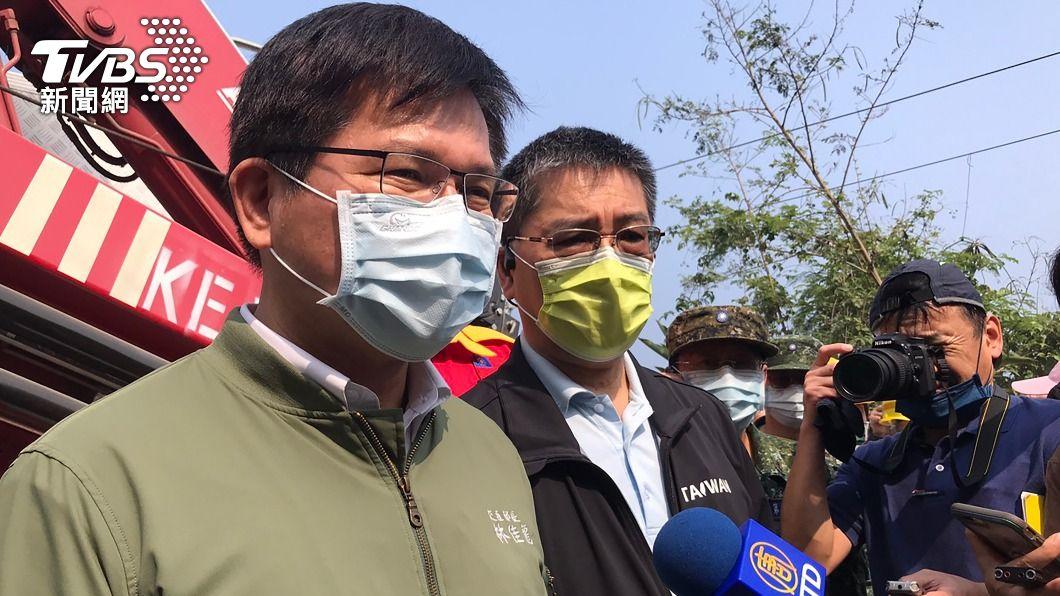 交通部長林佳龍(左)2日下午與內政部長徐國勇(左2)趕赴救災現場。(圖/中央社) 曝事故當天機上對話 徐國勇:林佳龍第一時間表明會負責