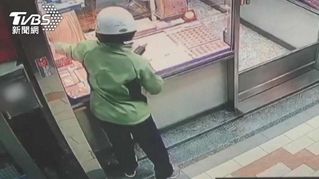 圖/TVBS資料畫面 快訊/持榔頭破窗搶14條金項鍊 2搶匪落網