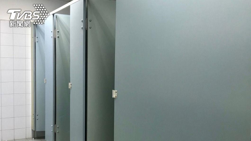 羅男和人妻於公廁發生親密關係。(示意圖/shutterstock 達志影像) 「7度激戰人妻」被抓包 24歲男挨告哭窮:能賠少點嗎